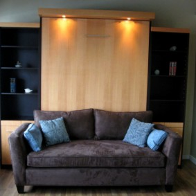 Небольшой диванчик в гостиной комнате