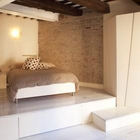 Спальная зона на подиуме с ящиками