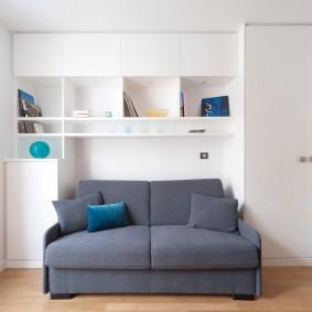 Серый диванчик в белой комнате