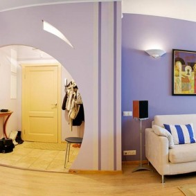 Красивая арка между прихожей и гостиной