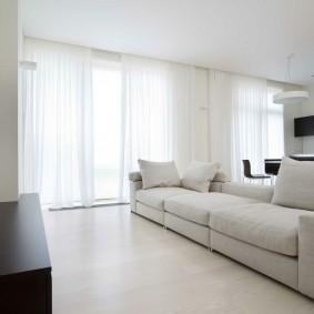 Белые шторы на окнах кухни-гостиной