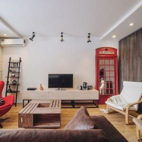Телефонная будка в интерьере гостиной