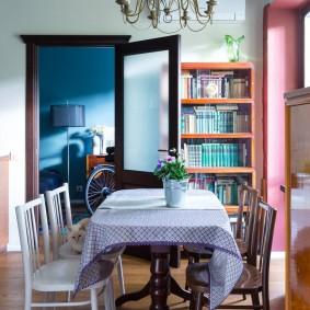 Яркий интерьер кухни-гостиной
