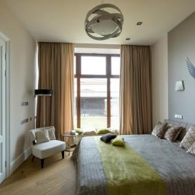 Большое окно в спальном помещении