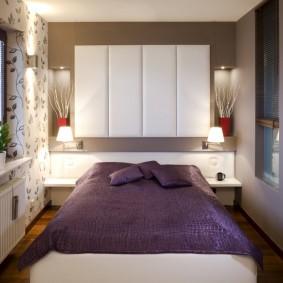 Фиолетовое покрывало на кровати в спальне