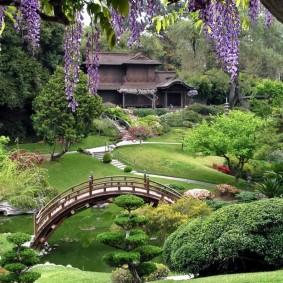 Деревянный мостик в саду восточного стиля