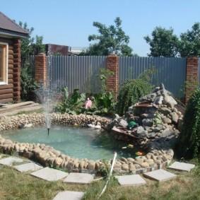 Искусственный водоем около дачного домика