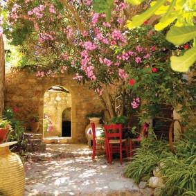 Красные стульчики во внутреннем дворике приусадебного участка