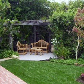 Деревянная пергола в дальнем уголке садового участка