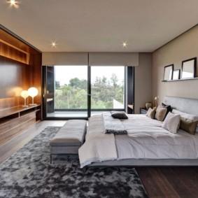 Просторная спальня с большим окном