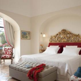 Арка в спальне с присоединенным балконом