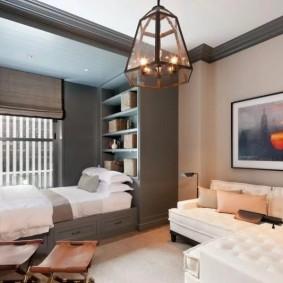 Спальное место перед окном квадратной комнаты