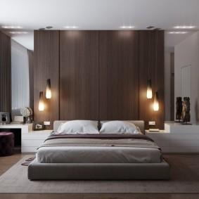Коричневые панели над изголовьем кровати