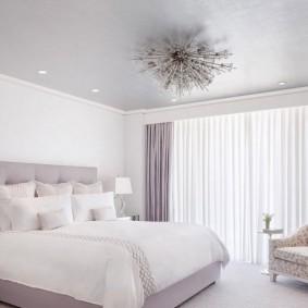 Накладная люстра на потолке в спальне