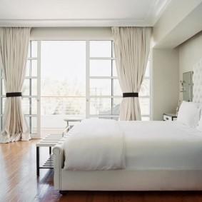 Светлая спальня с выходом на просторную лоджию