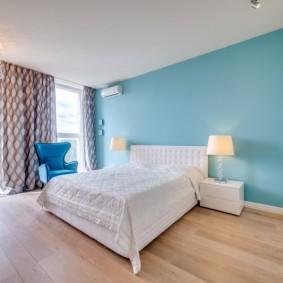 Голубая стена в спальной комнате