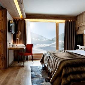 Плотные шторы на окне спальни для супругов
