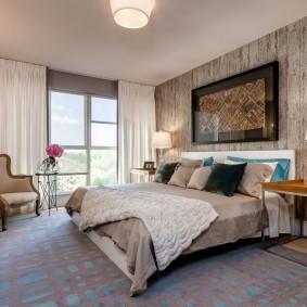 Ковер на полу спальни с удобной кроватью