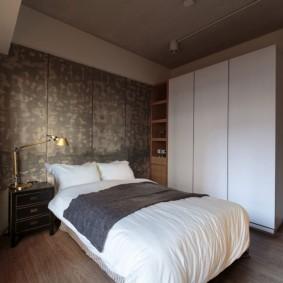 Белый шкаф в спальной комнате