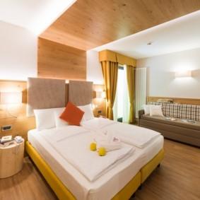 Отделка потолка спальни деревянными панелями