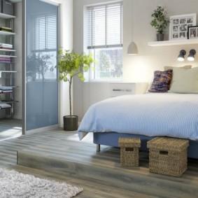 Плетенные ящички перед широкой кроватью