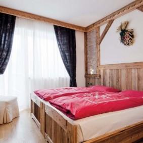 Красные одеяла на деревянной кровати