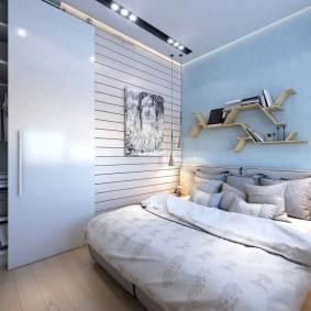 Книжные полки над кроватью в комнате