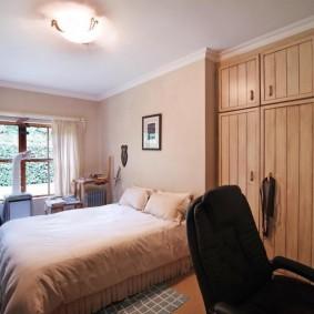Встроенные шкафы с деревянными дверцами