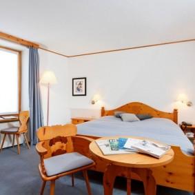 Кровать из массива натурального дерева в спальной комнате