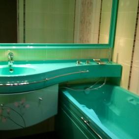 Цветная раковина в интерьере ванной комнаты