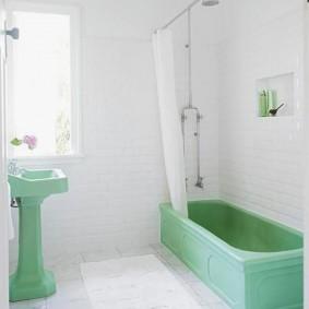 Светлая шторка в ванной комнате