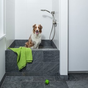 Квадратный поддон в ванной комнате
