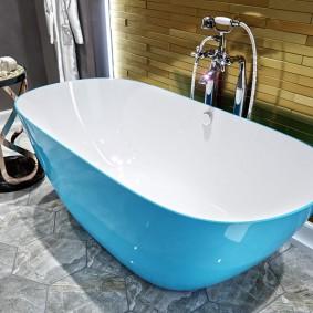 Бело-голубая ванна из качественного акрила