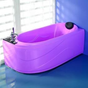 розовая ванна на голубом полу