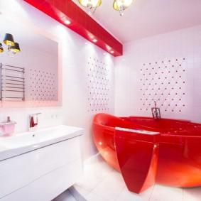 Красная ванна в комнате с белыми стенами