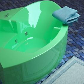 зеленая ванна с местом для сидения