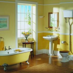 Желтый интерьер просторной ванной комнаты