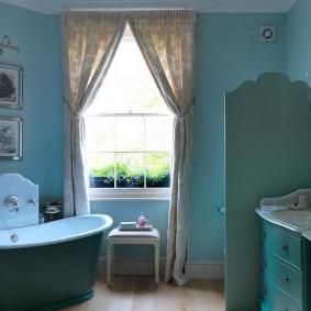 Занавески на окне ванной комнаты
