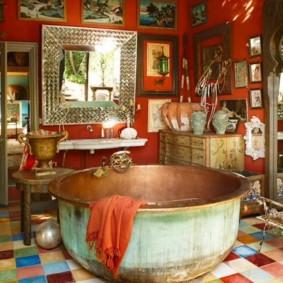 Медная ванна в санузле деревенского дома