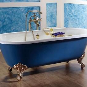 Синяя ванна на фигурных ножках
