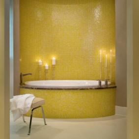 Желтая плитка на акцентной стене ванной