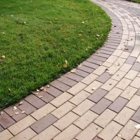 Комбинированная укладка дорожки из прямоугольной плитки