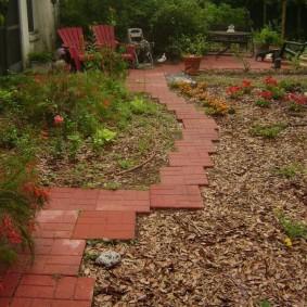 Садовая тропинка из квадратной плитки