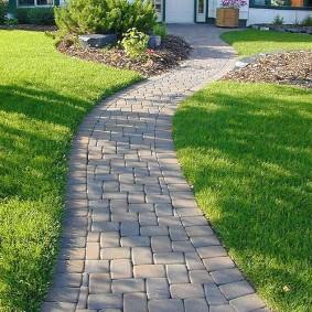 Каменная дорожка к парадному входу в загородный дом