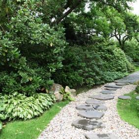 Комбинированная дорожка в саду с высокими деревьями