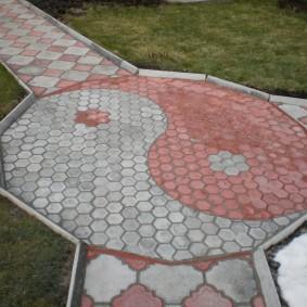 Комбинация серой и красной плитки на садовой дорожке