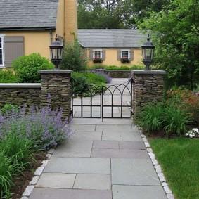 Дорожка из бетонных плиток от дома к калитке