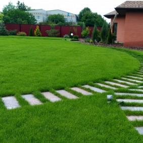 Красивые дорожки через партерный газон