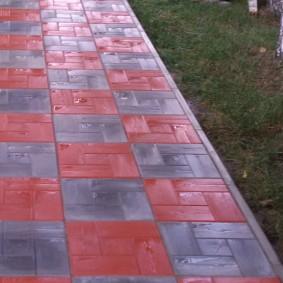 Мокрая дорожка из плитки квадратной формы