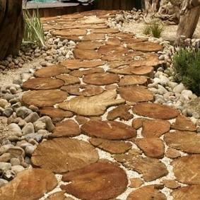 Старая дорожка из деревянных спилов